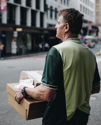 Barbat care efectueaza o livrare